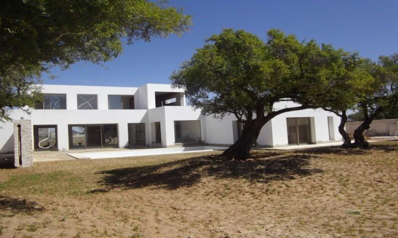 VILLA D ARCHITECTE DE HAUT STANDING  à 15 kms du centre ville – VV 78